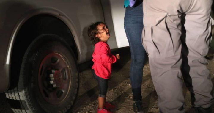 Foto separación de un hijo de su madre migrante en EEUU