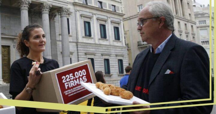 Cristina Romero presentando las firmas contra el despilfarro de alimentos